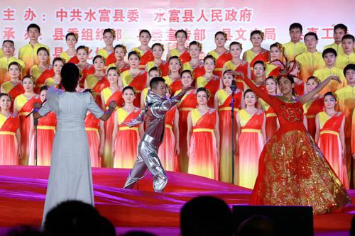 各支合唱队逐一登台,队员们着装统一图片